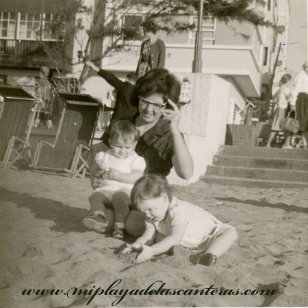 Alicia González con sus hijas Alicia y Ana Cecilia, 1965.- colecc. Familia Salcedo.