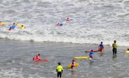 Pasando el verano entre la espuma de las olas.