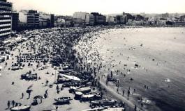 Domingo de verano en Las Canteras, 1965.