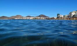 Día grande en la playa de Las Canteras.