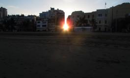 El sol entrando por la calle Hierro.