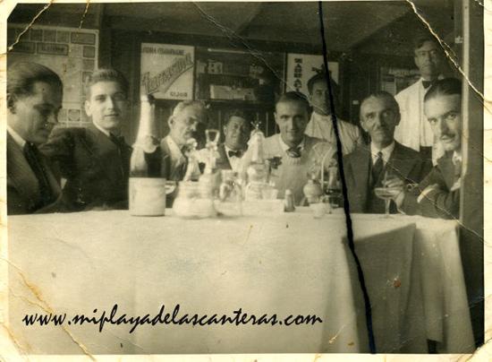 Pedro Lezcano junto a sus hijos Pepe y Manolo y algunos amigos en el interior de la Caseta de Galán sobre el año 1933