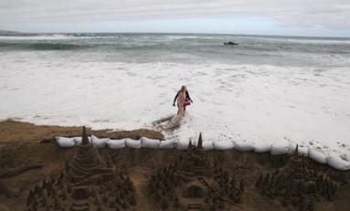 El castillo de la princesa resiste hoy al embate de las olas.