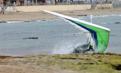 El aterrizaje forzoso de un ala delta en la playa de Las Canteras