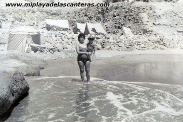 Carmen García con Toñi en su brazos en EL Confital, sobre 1950- Colecc. Ofelia Santana.
