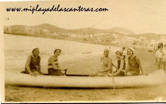 Entre otras: María Teresa Hernández, Concha Segura e Isabel García. Sobre 1920. – Colecc. Juan Melián.