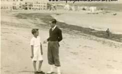 Pepe y Juan Andrés Melián en la playa de Las Canteras, sobre 1945