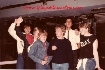 Enrique Ojeda con clientes en la B-52. Sobre 1988- Colecc. Enrique Ojeda.