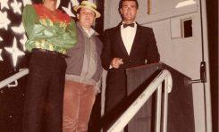 Enrique Ojeda con Tino y otro compañero en la puerta de la B-52- Colecc. Enrique Ojeda.