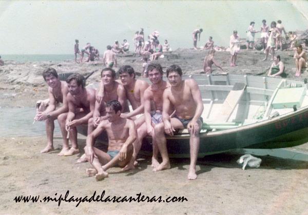 Juan Morales Brito y sus amigos en El Confital, sobre 1968-colecc. Familia Morales Brito.