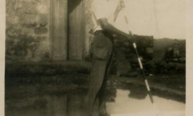 Trabajando en Las Salinas de El Confital, sobre 1940- colecc. Asunción Santana Ramírez.