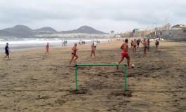El eterno partido de fútbol en la playa de Guanarteme.