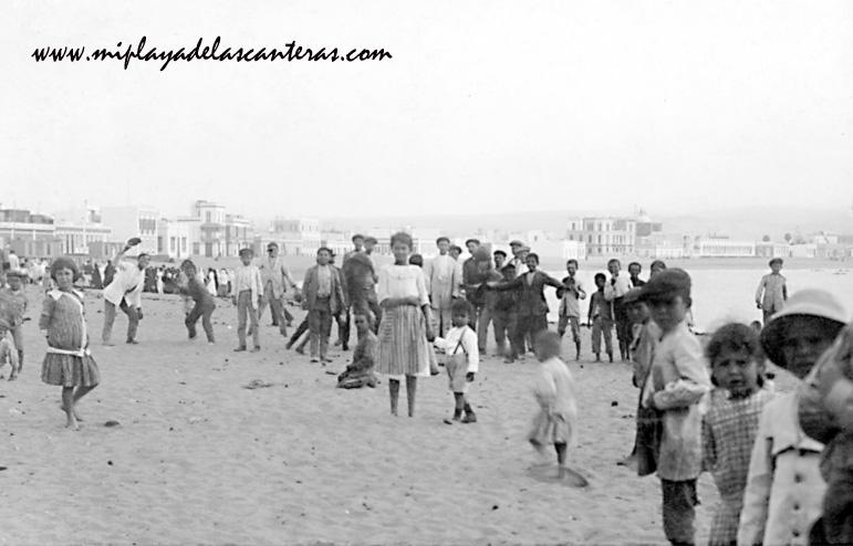 Ambiente infantil en la playa de Las Canteras, sobre 1930.