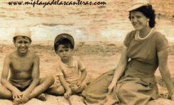 Paquito, Cipri y Loli Jorge en la playa chica en 1958- Colecc. Cipriano Ramón.