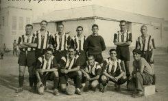El R.C. Victoria con una alineación mítica. Carreta de masajista. Sobre 1940- Colecc. Familia Cabrera.