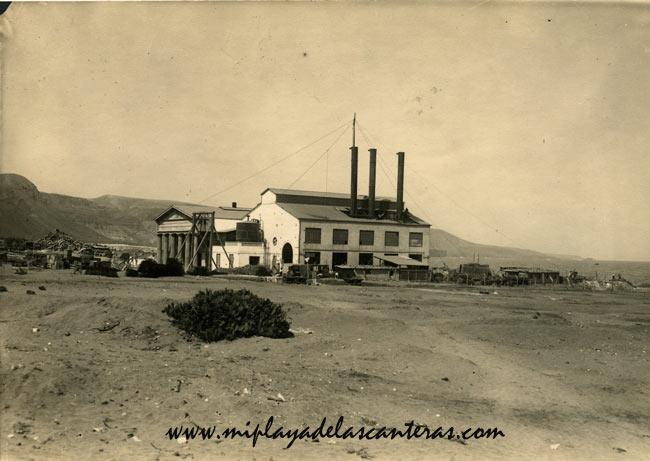 """La fábrica de La Cicer en medio de la """"nada"""", principios del siglo pasado."""