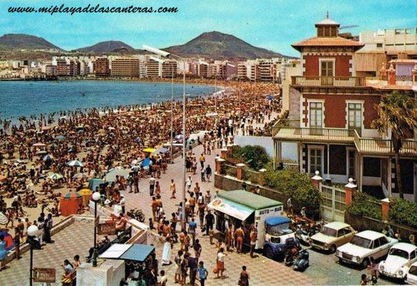 """El antiguo """"Balneario"""", el Colegio Viera y Clavijo y la playa llena de gente, sobre 1960."""