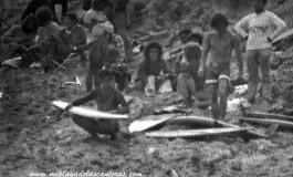 Surferos en la antigua playa de la Cicer. Sobre 1980.