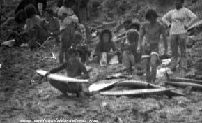Surferos en la antigua playa de la Cicer. Sobre 1980