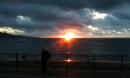 Mami viendo el último rayo del sol.