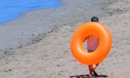 Dispuesto a flotar con su aro naranja.