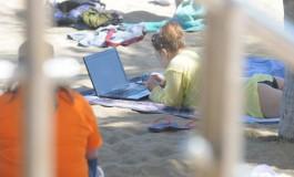 Con la oficina en la playa.