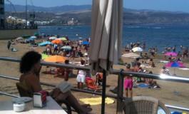 Agradable sombra con vistas a la Playa Chica.