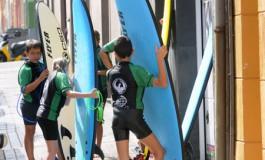Los alumnos surferos del Club de Surfing California.