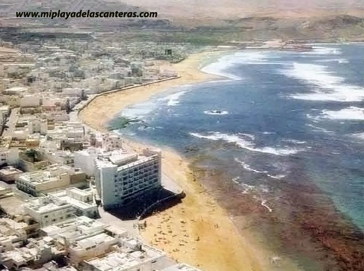Vista aérea de la playa de Las Canteras en 1978.