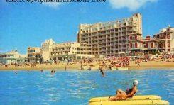 Vista de la playa de Las Canteras desde el mar. Sobre 1965.