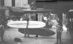 Surferos extranjeros en el Parque Santa Catalina de los años 70 del siglo pasado.