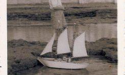 Robert Hiller Suarez en Los Lisos jugando con su barco. Sobre 1955.