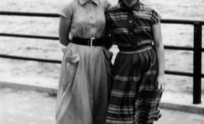 Elena Armas y Pilar Martinón en 1954