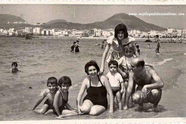 Familia Caro Zamora en Las Canteras, sobre 1955- colecc. Familia Caro Zamora.
