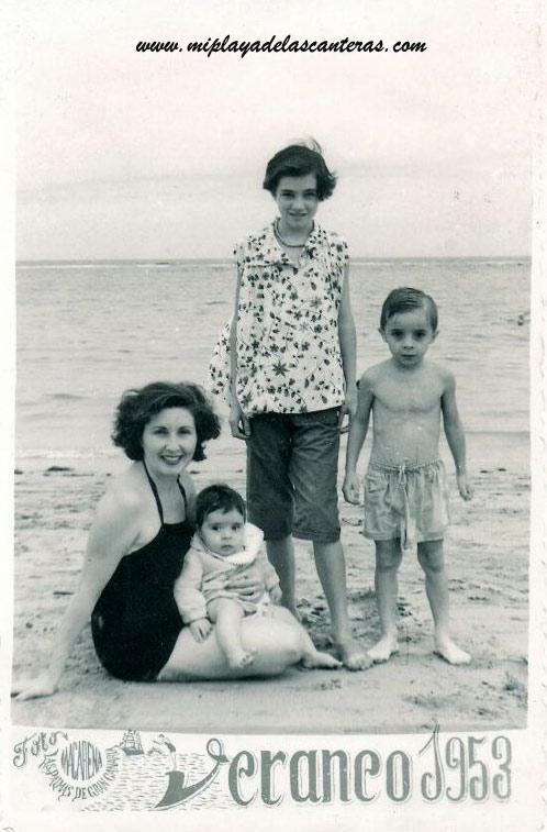 Angelina Zamora con sus hijos; Victor Caro, Lili y Enrique en Las Canteras- colecc. Familia Caro Zamora.
