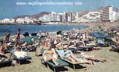 Turistas en Las Canteras. Sobre 1970.