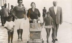 De izq a der: Octavio Artiles Ramírez, con su madre Sarita Ramírez, su abuela Margarita Sintes, su hermana Margarita y su abuelo Rafael Ramírez Suarez, sobre 1960.  Familia Artiles Ramírez.