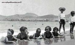 Niñ@s jugando en la orilla de Las Canteras. Principios del siglo pasado.