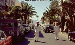Marineros foráneos paseando por la calle Luis Morote de los años 60-70.