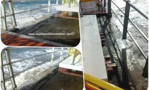 Así se quedó este viernes la barandilla en Punta Brava tras el machaque de la olas.