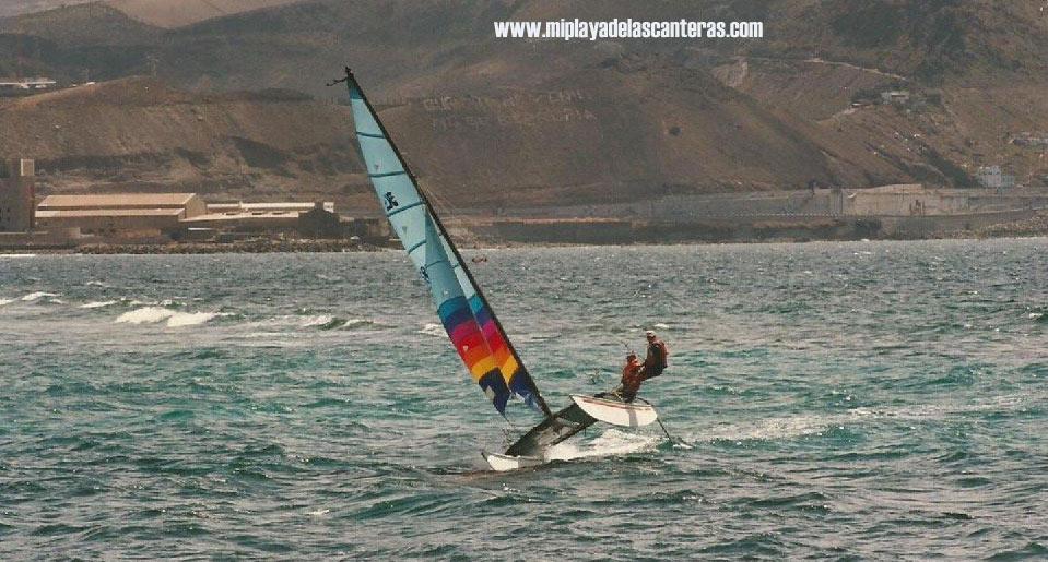 Un catamarán Hobie Cat navega por La Puntilla. Sobre 1985.