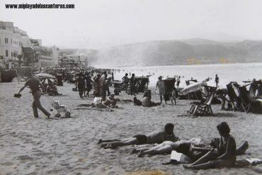 Una tarde en Las Canteras durante el boom turístico. Sobre 1975.