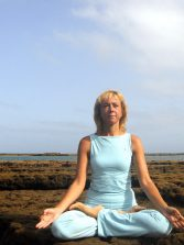 """Laura Tolbaños """"Practicar Yoga a la orilla del mar optimiza sus beneficios"""""""