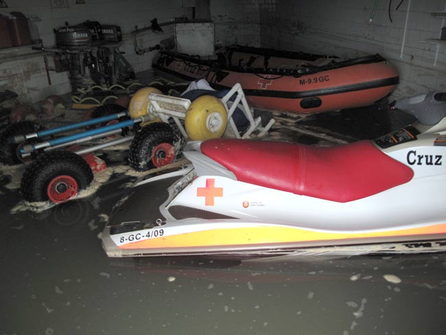 El temporal de mar  de este miércoles deja destrozos en Las Canteras ( fotos)