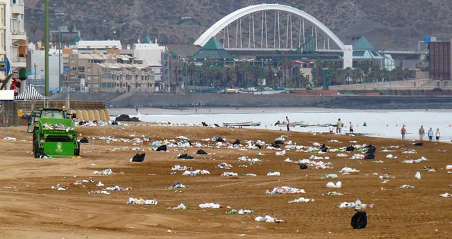 Irresponsabilidad municipal por efectuar dos macro conciertos sobre la arena de Las Canteras con motivo de las fiestas de la ciudad