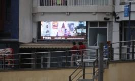 Otro panel publicitario luminoso, van dos, contamina el paseo de Las Canteras ¿ Que coño está pensando el Ayuntamiento ?