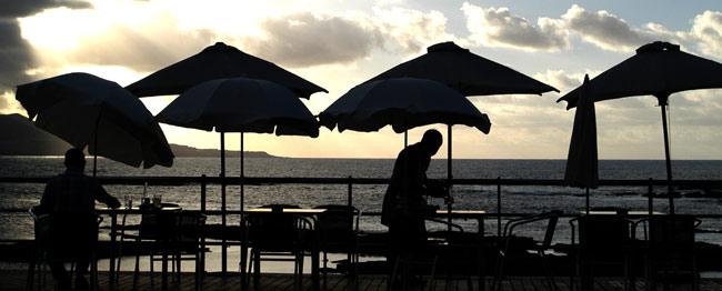 La regulación de las mesas de los locales de Las Canteras se queda fuera del reglamento de costas y playas