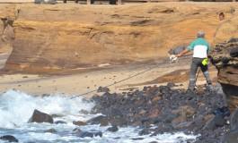 En El Confital, a l@s apurad@s en la mar se les salva gracias a la manguera del coche de limpieza