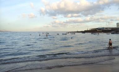 Una gran lengua de arena entra por la Playa Grande hacía la Barra. Haces pie 50 metros después de dejar la orilla