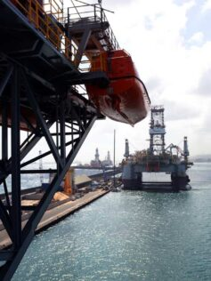"""La Isleta, el puerto y la ciudad desde lo más alto de la plataforma petrolífera """"Ocean Confidence"""".  Reportaje fotográfico"""